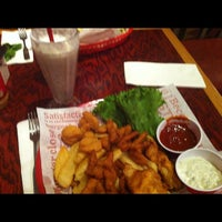 Photo taken at Red Robin Gourmet Burgers by Mac B. on 7/30/2012