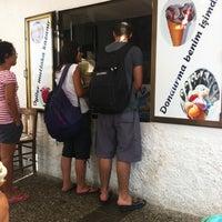 Photo taken at Meşhur Girit Sakız Dondurmacısı Nazmi Usta by Banu Ö. on 9/6/2012