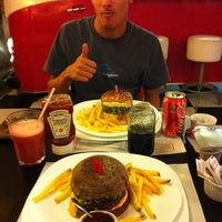 Photo taken at Jack's Burger & Grill by Thiago B. on 4/9/2012