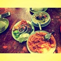 Photo taken at บ้านนาเตี่ย-สวนแม่บุญรอด กาแฟสด by nanthira k. on 10/18/2013