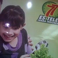 Photo taken at Es Teler 77 - Cilandak Mall by diah t. on 4/28/2013