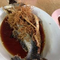 Photo taken at Big Tree Restaurant 香樹下河鮮(炒粥) by Patricia K. on 7/16/2014