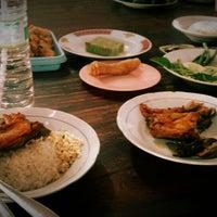 Photo taken at Ayam Goreng Kampung Mbah Karto by Fakih L. on 10/3/2014