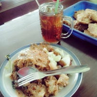 Photo taken at Warung Pecel Bu Sarmi by Willyam Arnando D. on 4/3/2014