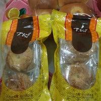 Photo taken at Tong Kee Bread & Tarts 棠记兄弟饼家 by Yo K. on 9/7/2015