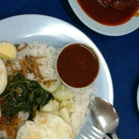 Photo taken at Restoran Nasi Lemak Lido by Poh H. on 5/18/2015