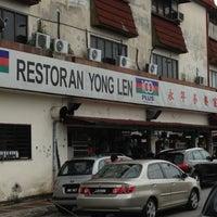 Photo taken at Restoran Yong Len by Dee Da S. on 10/23/2012