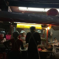 Photo taken at ก๋วยเตี๋ยวลูกชิ้นปลาจิตร by Arthit C. on 2/7/2016