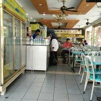Photo taken at Restoran Fareed by Aqqib A. on 9/13/2014