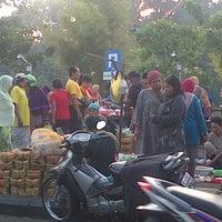 Photo taken at Pasar Keputran Utara by Gaestakizawa A. on 9/5/2015