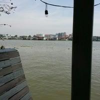 Photo taken at ครัวปู่ย่าตายาย ริมเจ้าพระยา by Sup-Hot T. on 12/16/2014