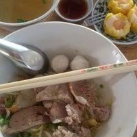 Photo taken at ก๋วยเตี๋ยวหมูทองหล่อ by Kreang V. on 11/20/2014
