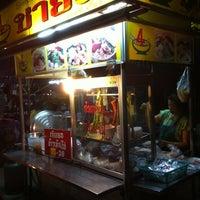 Photo taken at ชายสี่-เจ๊แอน ข้าวมันไก่ บะหมี่เกี๊ยว by Tang-gua K. on 3/29/2012