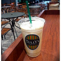 Photo taken at TULLY'S COFFEE 田町グランパーク店 by miyuki on 9/29/2011