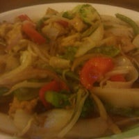 Photo taken at Le's Vietnamese Restaurant by Fritz C. on 11/9/2011