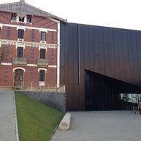 Photo taken at Cristóbal Balenciaga Museoa by Clarinsluis on 12/10/2011