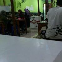 Photo taken at Warung Penyet Lesehan Mas Pur 3 by Sbastian B. on 5/21/2012