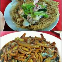 Photo taken at 大家笑海鲜楼 by ccw81 on 11/5/2011