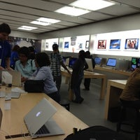 Photo taken at Apple Willowbrook Mall by Daniel A. on 3/12/2012