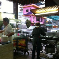 Photo taken at โจ๊กหมู-ไข่เยี่ยวม้า (เก๋-นิด) | ตลาดใหม่ by Chernaree M. on 5/12/2012