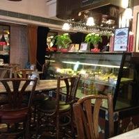 Photo taken at Peak Café & Bar 山頂餐廳酒吧 by Fufu F. on 9/6/2012