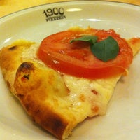 Photo taken at 1900 Pizzeria by Guilherme 梅. on 8/18/2012