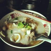 Photo taken at ร้านแม่ตุ่ม ไวไว+โจ๊ก (มาม่าโรงโป๊ะ) by NiCk S. on 4/21/2012
