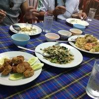 Photo taken at ร้านอาหาร พวงเพชร by Artkung P. on 8/15/2012