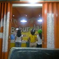 Photo taken at BUBUR JAGUNG Aceh jezz bubur by Emmi N. on 9/29/2011