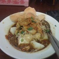 Photo taken at Kupat Tahu Magelang AA by Indrawan N. on 12/24/2011