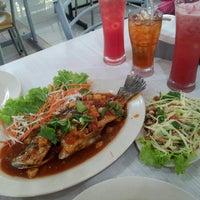 Photo taken at Rosdet Tomyam by Siti Roziana J. on 6/11/2012