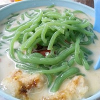 Photo taken at Penang Road Famous Teochew Chendul (Tan) by Shirley L. on 8/28/2012