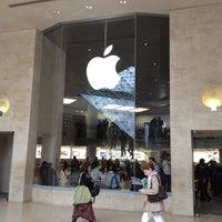Photo taken at Apple Carrousel du Louvre by B@n Z. on 5/11/2012
