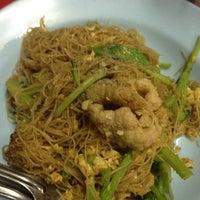 Photo taken at ราดหน้ายอดผักหมูหมัก ลาดพร้าว 71 by Aumarawadee s. on 8/29/2012