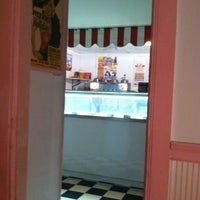 Photo taken at Muller's Old Fashioned Ice Cream Parlor by Keith H. on 7/31/2012