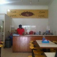 Photo taken at Ayam Gepuk Eco Raos by Hendrik on 5/15/2012