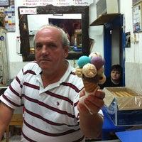 Photo taken at Meşhur Girit Sakız Dondurmacısı Nazmi Usta by Damla Ş. on 9/1/2011