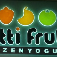 Photo taken at Tutti Frutti Frozen Yogurt by Gilson G. on 3/25/2012