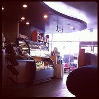 Das Foto wurde bei Starbucks von Mee J. am 5/3/2012 aufgenommen