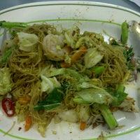 Photo taken at Food Court ชั้น 1 อาคาร B by David Tawan T. on 10/14/2011