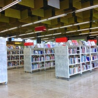 Photo taken at Entressen kirjasto by Henri on 9/5/2012
