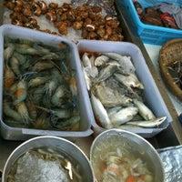 Photo taken at ทะเลริมทาง Seafood by เจ้าชาย T. on 7/11/2012