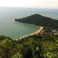 Photo taken at Praia de Laranjeiras by Silvania Z. on 7/12/2012