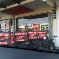 Photo taken at PHD - Pizza Hut Delivery by Ambong D. on 5/12/2012