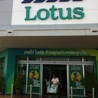 Photo taken at Tesco Lotus by 👑 คุณชาย Tanaput  🈯✨ on 6/13/2012