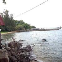 Photo taken at Krua Samed Dang by Wanamild S. on 5/22/2012
