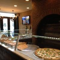 Photo taken at Garlic New York Pizza Bar by T⭕nÊ💤 on 3/6/2012
