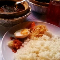 Photo taken at Asam Pedas Claypot, Jalan Salleh, Muar by Cuein L. on 4/2/2012