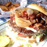 Photo taken at Bill's Bar & Burger by Armando L. on 8/11/2012