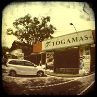 Photo taken at Toko Buku Togamas by Arvi O. on 3/5/2012